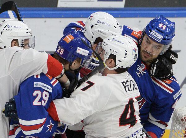 Игрок СКА Илья Каблуков, игрок Трактора Алексей Петров и игрок СКА Евгений Артюхин (слева направо)