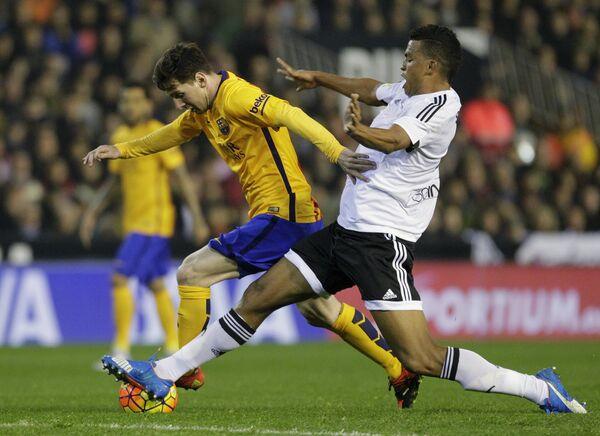 Игровой момент матча Валенсия - Барселона