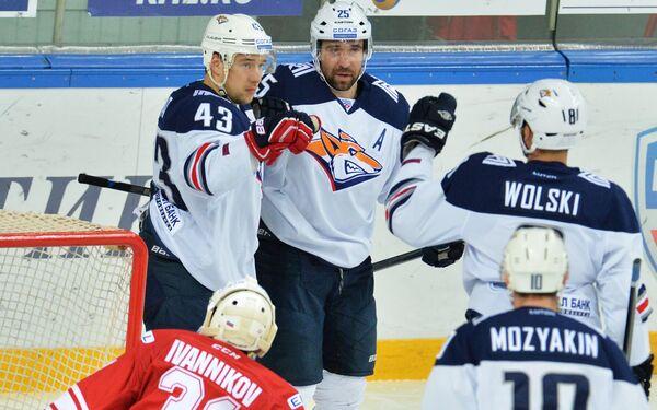 Хоккеисты Металлурга Ян Коварж, Данис Зарипов, Войтек Вольский и Сергей Мозякин (слева направо) радуются заброшенной шайбе
