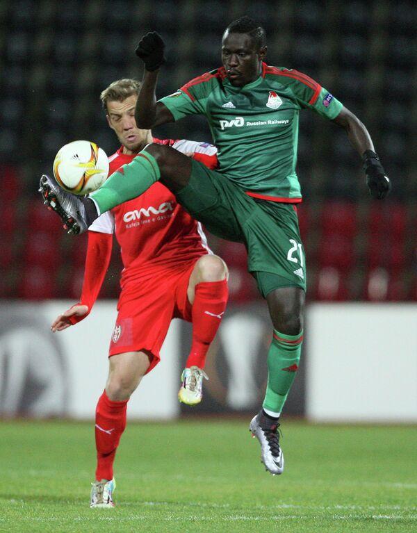 Форвард Локомотив Байе Умар Ниассе (справа) в матче ЛЕ со Скендербеу