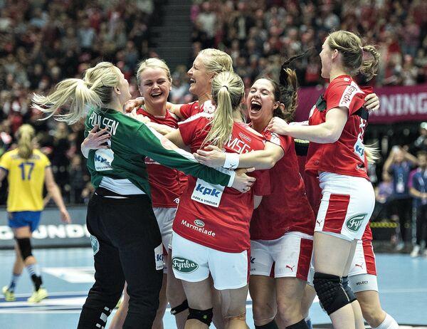 Гандболистки сборной Дании после победы надо командой Швеции в 1/8 ЧМ