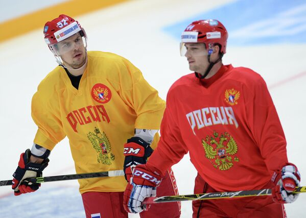 Форвард сборной России по хоккею Сергей Широков (слева) и защитник Егор Яковлев
