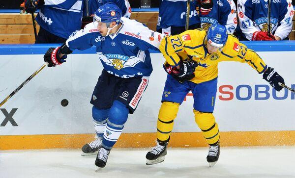 Защитник сборной Финляндии Илари Меларт (слева) и форвард сборной Швеции Андре Петерссон