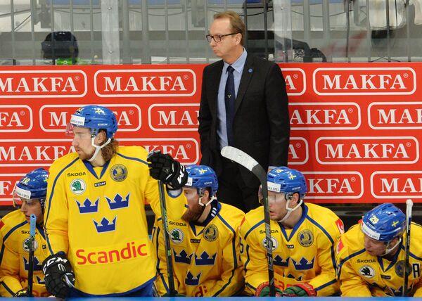 Главный тренер сборной Швеции Пер Мортс (на втором плане в центре)