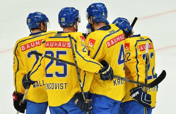 Игроки сборной Швеции радуются заброшенной шайбе