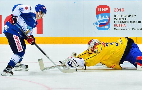 Форвард сборной Финляндии Антти Пильстрём (слева) и вратарь сборной Швеции Виктор Фаст