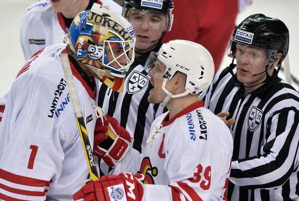 Вратарь Йокерита Хенрик Карлссон (слева) и защитник Йокерита Нико Капанен