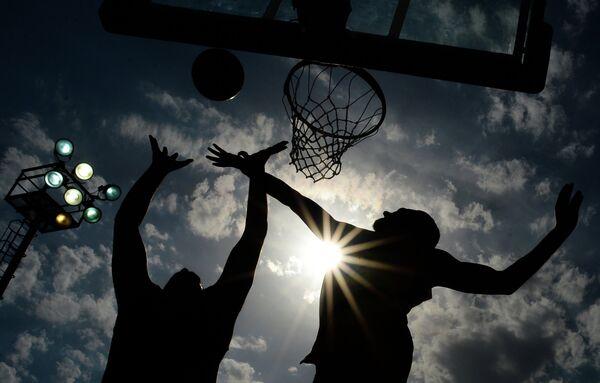 Игроки в матче по баскетболу 3х3