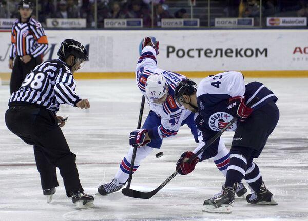 Форварды СКА Александр Кадейкин (слева) и Металлурга Ян Коварж