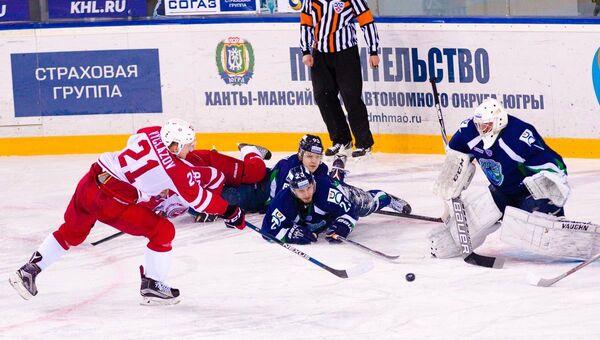 Игровой момент матча КХЛ Югра - Витязь