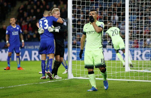 Нападающий Манчестер Сити Серхио Агуэро (справа) в матче против Лестера