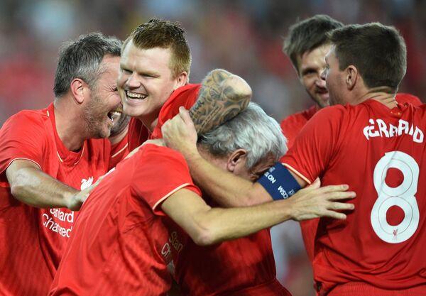 Легенды Ливерпуля, бывший защитник сборной Норвегии по футболу и английского Ливерпуля Йон Арне Риисе (второй слева)