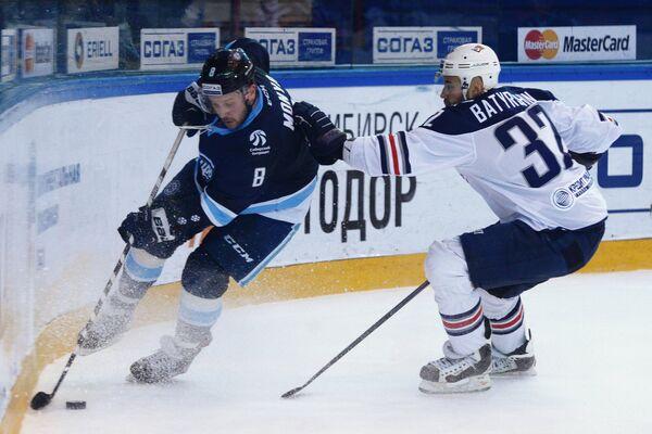 Нападающий Сибири Дмитрий Моня (слева) и защитник Металлурга Рафаэль Батыршин