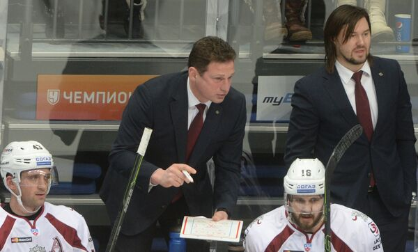 Генеральный менеджер рижского Динамо Нормундс Сейейс (второй слева на втором плане)