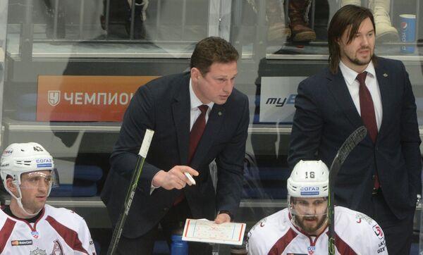 Исполняющий обязанности главного тренера рижского Динамо Нормунд Сейейс (второй слева на втором плане)