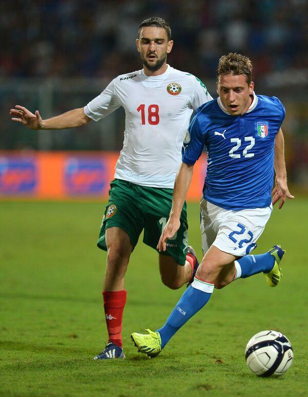 Защитник сборной Болгарии по футболу Владимир Гаджев (слева)