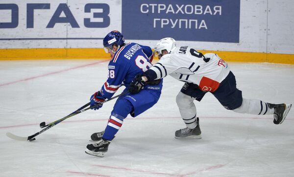 Форвард СКА Павел Бучневич (слева) и защитник Медвешчак Томас Ларкин