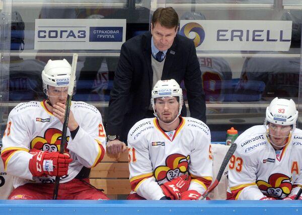 Главный тренер Йокерита Эркка Вестерлунд (в центре на втором плане)