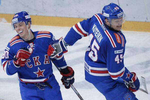Игроки ХК СКА Никита Гусев (слева) и Андрей Кутейкин