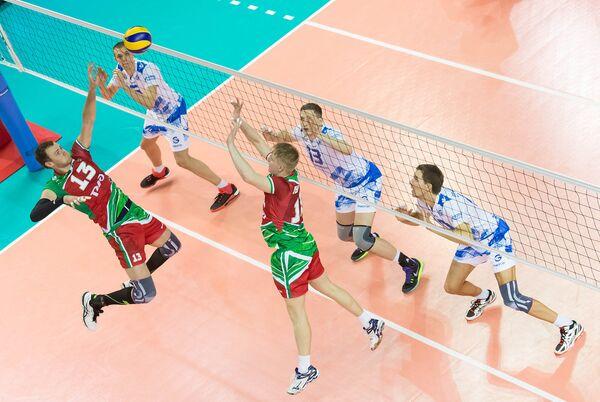 Игровой момент матча чемпионата России по волейболу ВК Газпром-Югра - ВК Локомотив (Новосибирск)