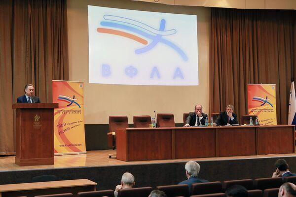 Министр спорта РФ, председатель оргкомитета Россия-2018 Виталий Мутко (слева)