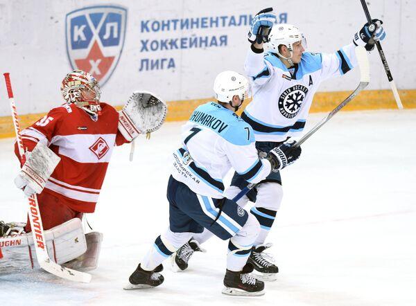 Нападающие Сибири Степан Санников, Сергей Шумаков и вратарь Спартака Атте Энгрен (справа налево)