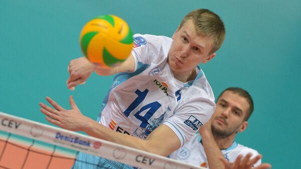 Волейболисты московского Динамо Дмитрий Щербинин (слева) и Александр Маркин