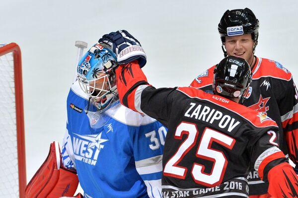 Вратарь команды Запада Алексей Мурыгин (слева) и форвард сборной Востока Данис Зарипов