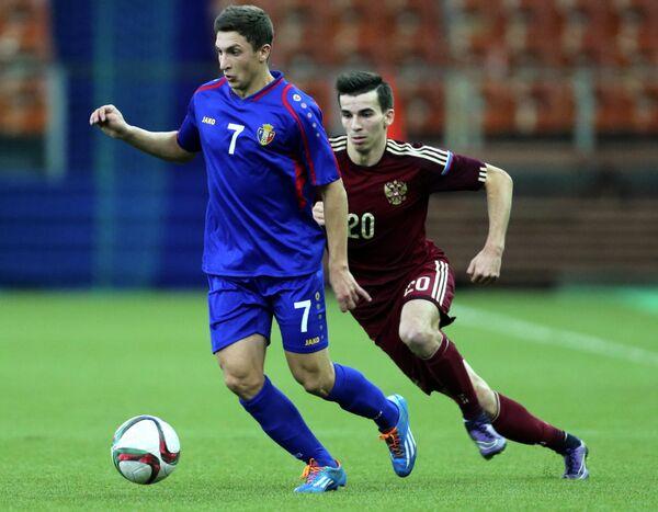 Нападающий сборной Молдавии Ион Драган (слева) и полузащитник сборной России Евгений Кирисов