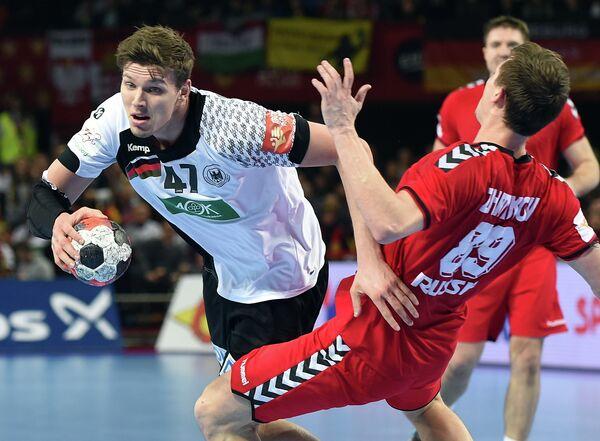 Разыгрывающий сборной России по гандболу Дмитрий Житников (справа) в матче против команды Германии