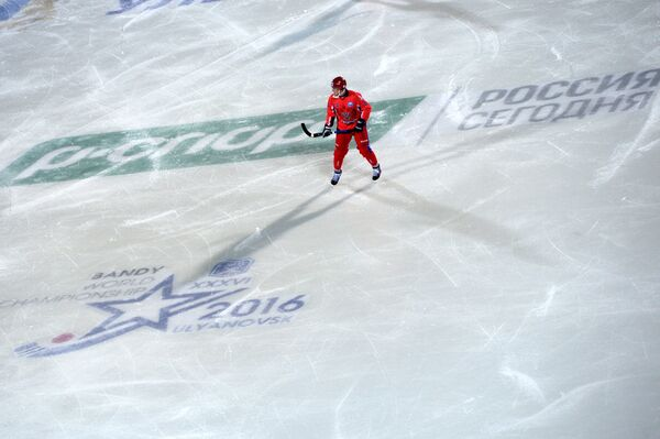 Игрок сборной России по хоккею с мячом Юрий Викулин