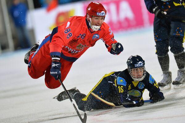 Игрок сборной России Евгений Иванушкин (слева) и игрок сборной Казахстана Сергей Горчаков