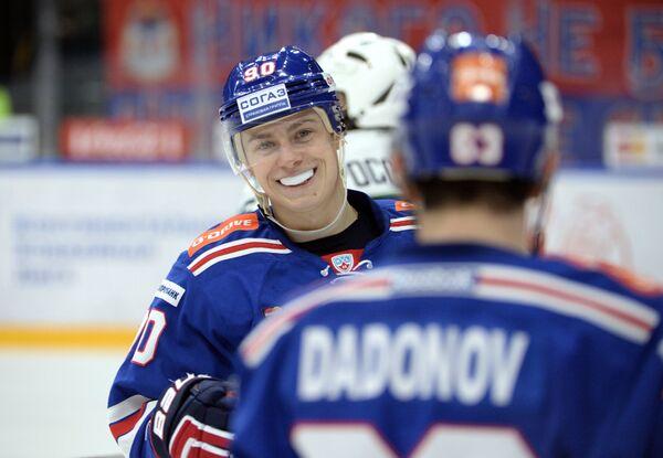 Нападающие СКА Никита Гусев (слева) и Евгений Дадонов