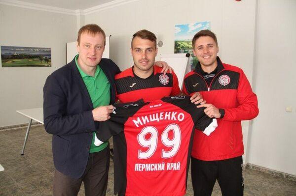 Украинский полузащитник Амкара Олег Мищенко (в центре)