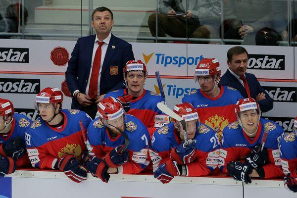 Главный тренер сборной России по хоккею Олег Знарок (слева на втором плане)