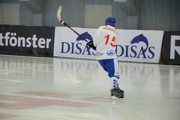 Игрок сборной Монголии по хоккею с мячом