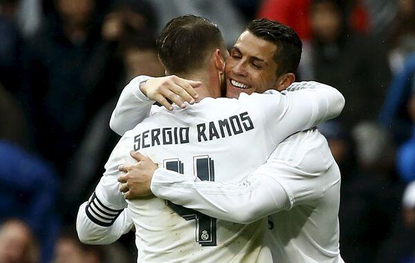 Футболисты мадридского Реала Серхио Рамос и Криштиану Роналду (слева направо)