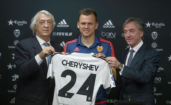 Полузащитник сборной России по футболу и испанской Валенсии Денис Черышев (по центру)