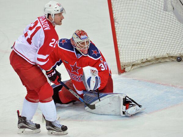 Нападающий Витязя Никита Выглазов и вратарь ЦСКА Виктор Фаст (слева направо)