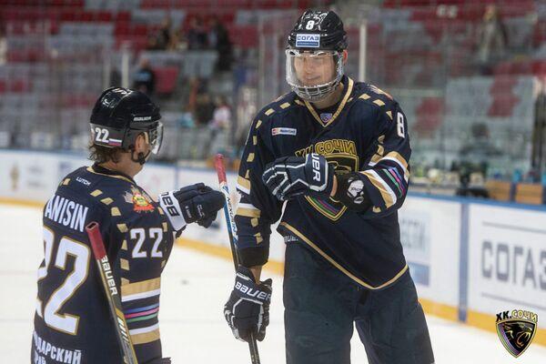 Хоккеисты Сочи Михаил Анисин и Зият Пайгин (слева направо)