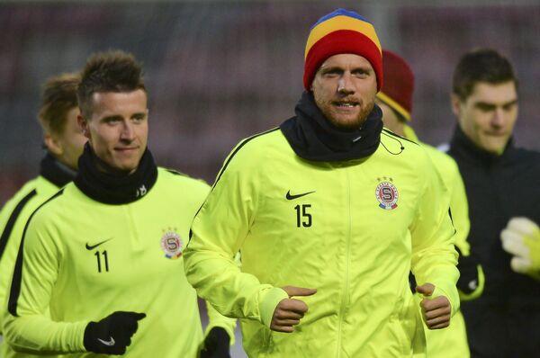 Футболисты Спарты Лукаш Маречек (слева) и Радослав Ковач