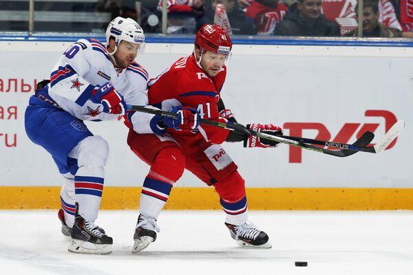 Форварды ХК СКА Юаким Линдстрем (слева) и ХК Локомотив Станислав Чистов