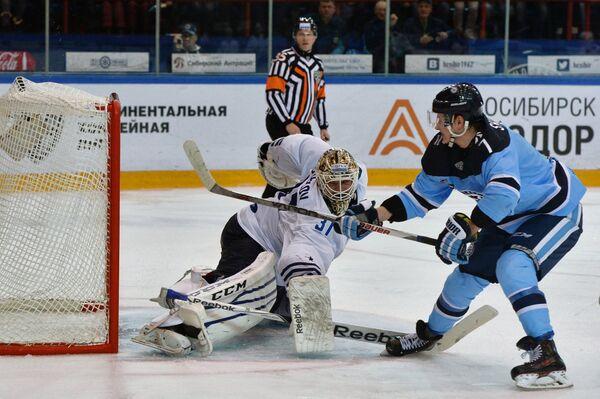 Форвард ХК Сибирь Сергей Шумаков (справа) и вратарь ХК Адмирал Игорь Бобков