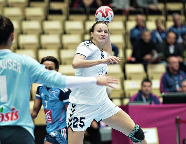 Ольга Черноиваненко (с мячом)