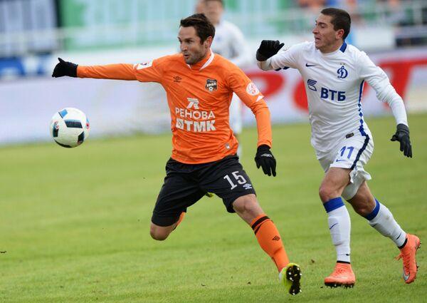 Защитник Урала Денис Кулаков (слева) и полузащитник московского Динамо Алексей Ионов