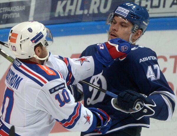 Защитник Динамо Александр Осипов (справа) и форвард СКА Юаким Линдстрём