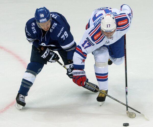 Форварды Динамо Даниил Тарасов (слева) и СКА Илья Ковальчук