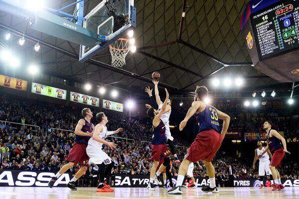 Игровой момент матча баскетбольной Евролиги Барселона - ЦСКА