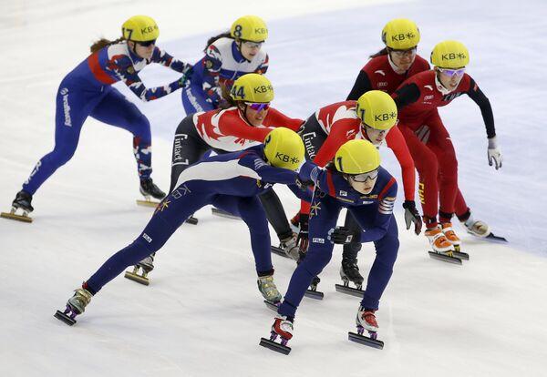 Финальный забег в женской эстафете на чемпионате мира по шорт-треку в Сеуле