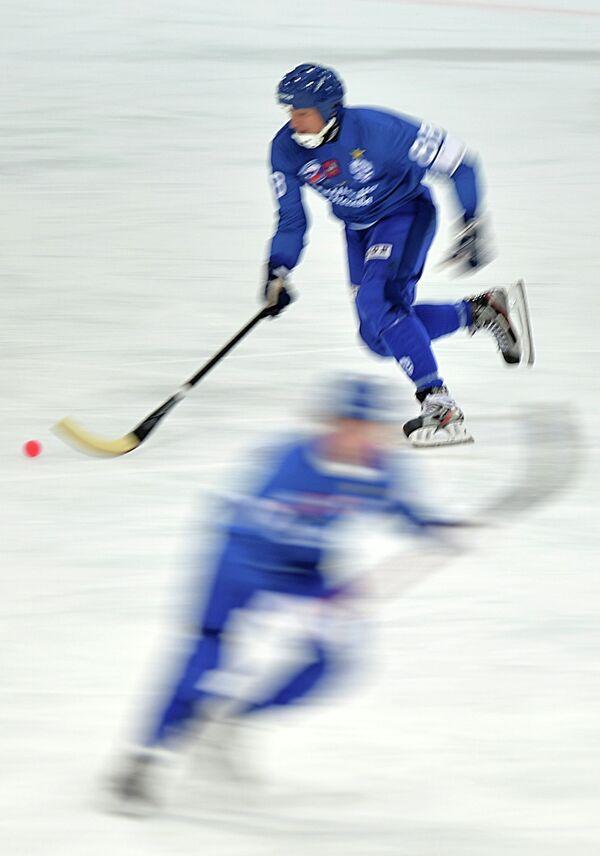 Игрок Динамо (Москва) в матче чемпионата России по хоккею с мячом